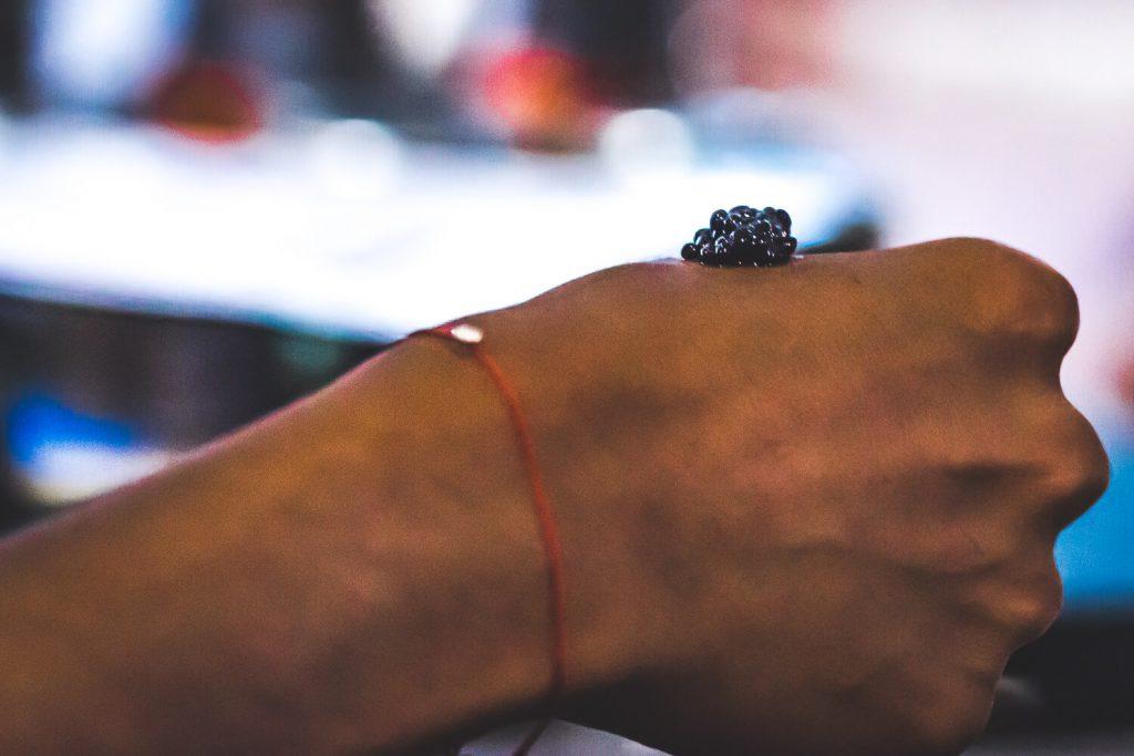 Du caviar posé sur une main
